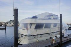 Couverture de bateau avec un cache anti-poussière image libre de droits