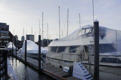 Couverture de bateau avec un cache anti-poussière images libres de droits
