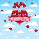 Couverture de carte avec le message : Jour de valentines heureux sur un coeur rouge entouré avec le ruban rose sur un ciel bleu a Photographie stock libre de droits
