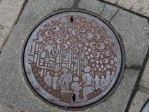 Couverture de drain de trou d'homme sur la rue à Taïpeh, Taïwan images stock