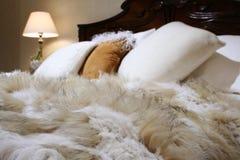 Couverture de lit de fourrure Images libres de droits