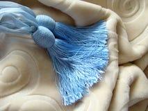 Couverture de lit gracieuse de couleur beige. Images stock
