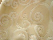 Couverture de lit gracieuse de couleur beige. Photographie stock libre de droits