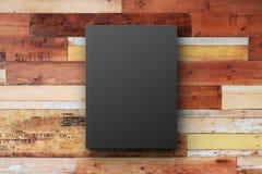 Couverture de livre noir sur une surface en bois de vintage Photo stock