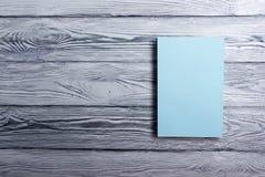 Couverture de livre vide sur le fond en bois texturisé Copiez l'espace Photographie stock libre de droits