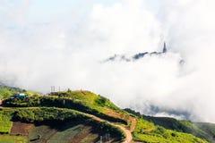Couverture de montagne par le brouillard Photo libre de droits