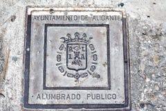 Couverture de trou d'homme électrique de ville, trappe décorative en métal pour les réseaux électriques Alicante, Espagne Photographie stock libre de droits