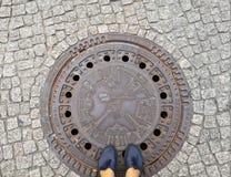 Couverture de trou d'homme et place pavée en cailloutis à Berlin photographie stock libre de droits