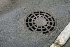 Couverture de trou d'homme ronde d'égout de drainage Image libre de droits