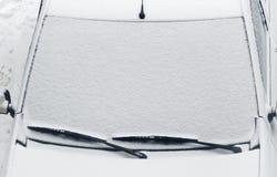 Couverture de voiture après des chutes de neige Images libres de droits