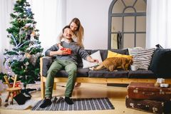 Couverture heureuse d'ami de surprise de jeune femme de couples de vacances de Noël ses yeux Image stock