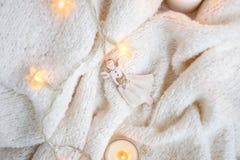 Couverture, lumières de Noël, jouet de vintage, bougies Photographie stock