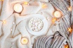 Couverture, lumières de Noël, jouet de vintage, bougies Photo stock