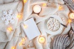Couverture, lumières de Noël, jouet de vintage, bougies Images libres de droits