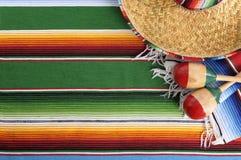 Couverture mexicaine de serape avec le sombrero Photos libres de droits