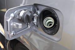 Couverture ouverte de bouchon de réservoir d'essence prête à remplir le carburant Images stock