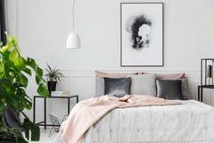 Couverture rose dans la chambre à coucher féminine photographie stock