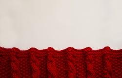 Couverture rouge tricotée sur un fond blanc avec l'espace de copie image libre de droits