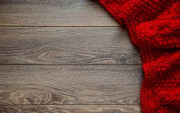 Couverture rouge tricotée sur un fond en bois avec l'espace de copie photographie stock libre de droits