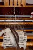 Couverture tissée sur métiers à main de laine sur le métier à tisser de tissage Photos stock