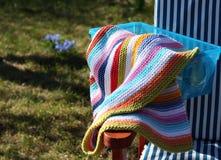 Couverture tricotée de rayure dans un jour d'été Image libre de droits