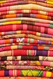 Couvertures à vendre dans la rue de Sagarnaga, La Paz, Bolivie Photos stock