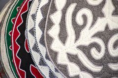 Couvertures faites main orientales de senti décoré de l'ornement national march? Voyage kyrgyzstan photos libres de droits