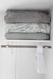 Couvertures noires et blanches sur l'étagère Image stock