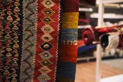 Couvertures persanes dans la fin de magasin  Images libres de droits