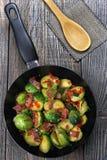 Couves de Bruxelas com bacon Fotos de Stock Royalty Free