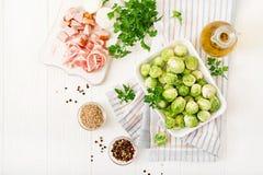 Couves de Bruxelas Preparação para o couve-de-bruxelas da repreensão com bacon Foto de Stock Royalty Free