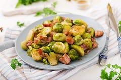 Couves de Bruxelas Roasted com bacon Fotos de Stock Royalty Free