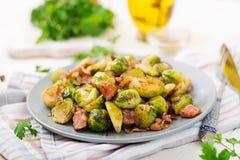 Couves de Bruxelas Couves de Bruxelas Roasted com bacon Imagens de Stock