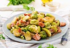 Couves de Bruxelas Couves de Bruxelas Roasted com bacon Foto de Stock