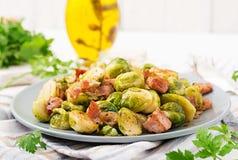 Couves de Bruxelas Couves de Bruxelas Roasted com bacon Fotos de Stock Royalty Free