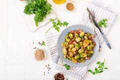 Couves de Bruxelas Couves de Bruxelas Roasted com bacon Almoço delicioso Fotos de Stock Royalty Free