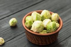 Couves-de-Bruxelas verdes orgânicas cruas frescas em um cerâmico Imagens de Stock Royalty Free