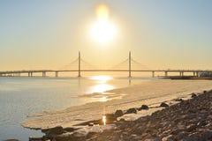 Couvre-câbles au coucher du soleil dans le St Petersbourg photographie stock libre de droits