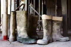 Couvre-chaussures sales à un chantier de construction Image stock