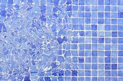 Couvre de tuiles l'eau de tuiles de piscine de mosaïque Photographie stock libre de droits