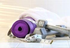 Couvre-tapis d'exercice avec des poids Images libres de droits