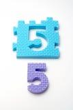 Couvre-tapis de puzzle du numéro cinq. Orientation sur le plan (petit DOF) Photos libres de droits