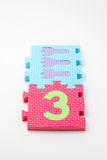 Couvre-tapis de puzzle du numéro trois. Orientation sur le plan (petit DOF) Photo stock