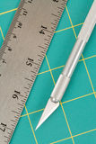Couvre-tapis et couteau de découpage Photos libres de droits