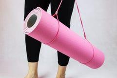 Couvre-tapis rose de yoga Photographie stock libre de droits