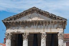 Couvrez coving du temple d'Augustus, Pula, Croatie images libres de droits