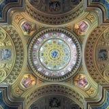 Couvrez d'un dôme la peinture de la basilique du ` s de St Stephen à Budapest, Hongrie Images stock