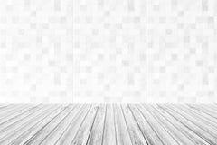 Couvrez de tuiles la texture de mur, processus dans la couleur blanche avec la terrasse en bois Photos stock