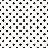 Couvrez de tuiles le modèle de vecteur avec les points de polka noirs sur le fond blanc Photographie stock libre de droits