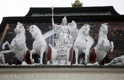 Couvrez la sculpture supérieure au palais de Hofburg, Vienne Photo libre de droits